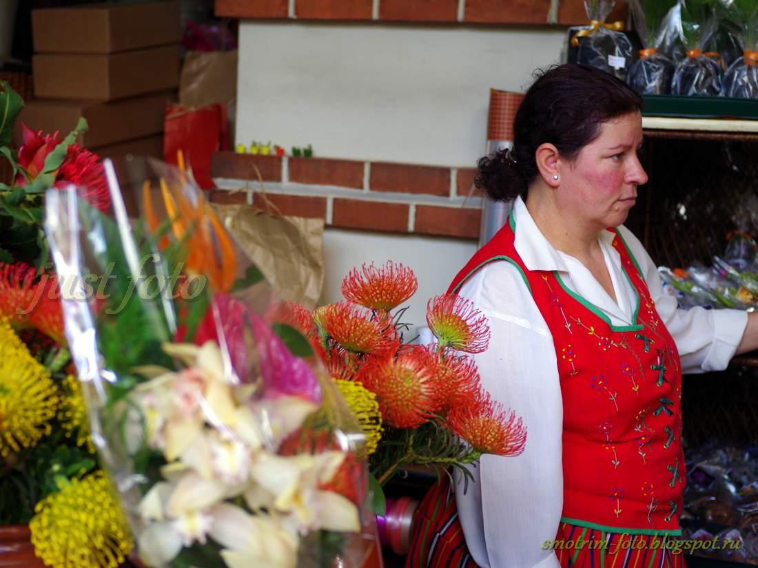 Мадейра фото - цветочница на рынке Фуншала