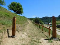 Az Ősök tere felé vezető út, új kapuval, kerítéssel.JPG
