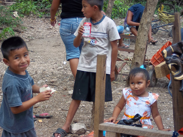 Vendors' children eating in Mexico
