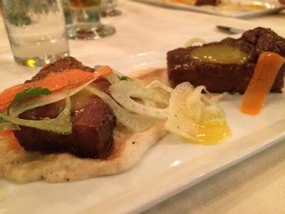 To stykker med kjøtt på en avlang tallerken.