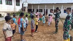 Hilangkan Rasa Rindu, Satgas TMMD Tapsel Ajak Anak Anak Bermain Sambil Bersihkan Sekolah