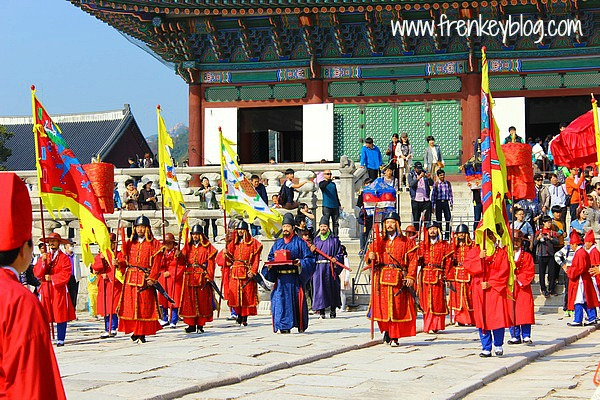 "Iringan Prajurit dalam Acara ""Royal Guard Changing Ceremonies"""