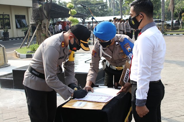 Penandatanganan pakta integritas, komitmen tidak terlibat narkoba dan pemberian penghargaan anggota Polres Nganjuk yang berprestasi