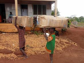 Photo: nos cartons de matériel médical, layette, peluches sont acheminés à la maternité