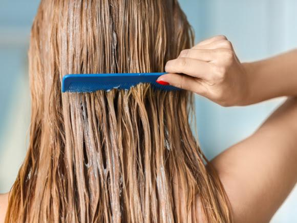 トリートメントで髪をケアする女性