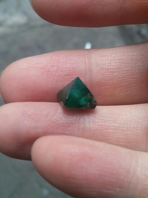 Ngọc Lục Bảo thiên nhiên Emerald mài kim tự tháp