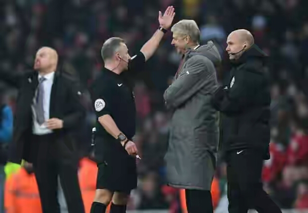 Angry Arsene Wenger Pushes Fourth Official After Being Sent Down Tunnel By Ref Moss