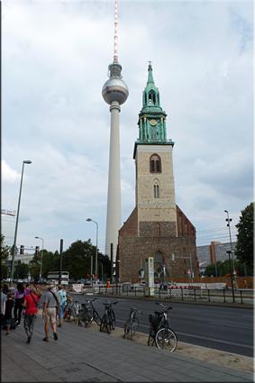 Fernsehturm (Torre TV) y Marienkirche - Berlín'15
