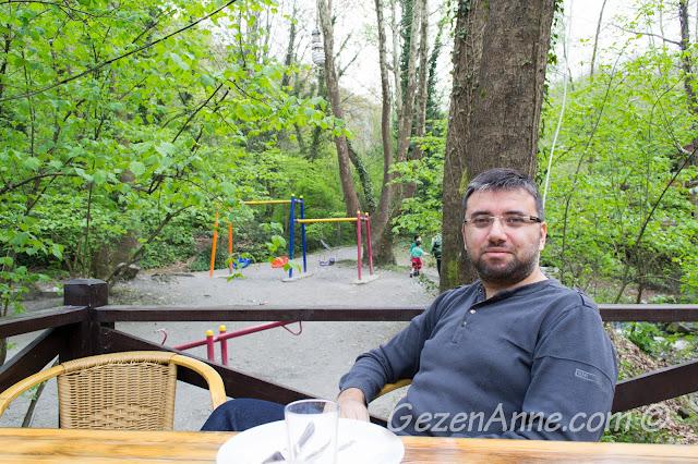çocuk parkı karşısındaki masamızda otururken, Vadi restoran Maşukiye