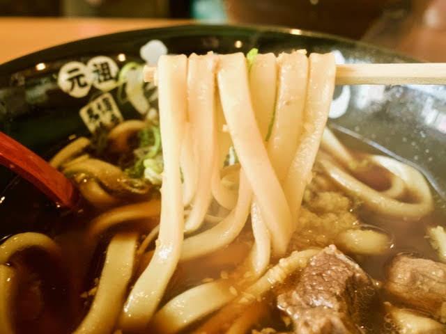 太めで平打ちのうどん麺