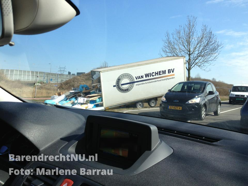 Vrachtwagen_van_de_weg_Henry_Dunantlaan_Barendrecht.jpg