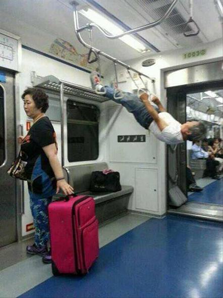 Hombre haciendo gimnasio en el metro