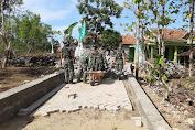 Satgas TMMD Ke-112 Kodim 0826 Pamekasan Bersama Masyarakat Gotong Royong Pasang Paving Sepanjang 450m