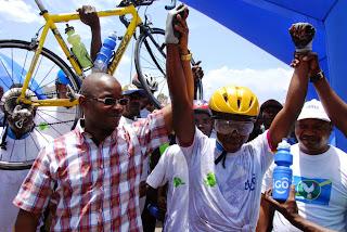 Le vainqueur du tour de Goma de cyclisme à côté du ministre provincial des Sports (Nord-Kivu)/Ph. Mustafa Kemal.