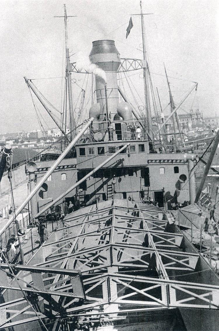 19- DEDALO- La gran escotilla, de 42 metros por 8,30 metros. Foto Colección Jordi Montoro. Del libro Los Portaaviones Españoles.jpg
