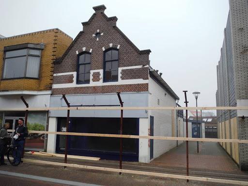 2015a  10 april afzeting wordt gezet voor sloop panden Beatrixstraat.jpg