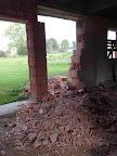 Část zdí pro tento krok už byla zbouraná, šlo to tedy rychleji.