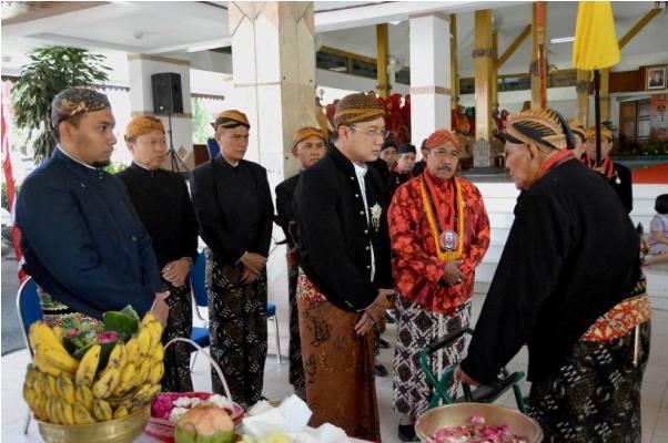 berita foto video sinar ngawi terkini: Pusaka payung Tunggul Wulung dan Tunggul Warono keluarkan sinar aneh saat prosesi jamansan