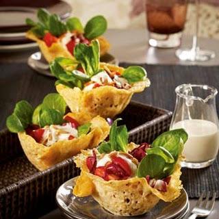Parmesankörbchen mit Salat à la Caesar