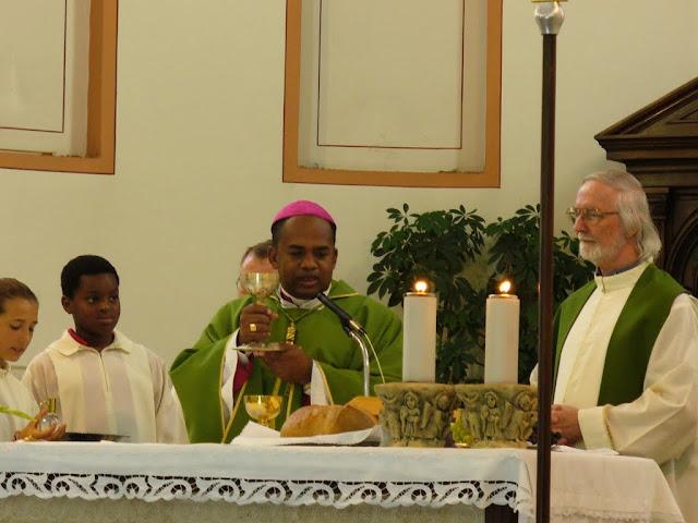 Mons. Fabien, Vescovo di Morondava, concelebra con p. Italo a Fiorentina (2011)