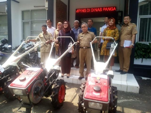 Tiga Kelompok Tani Purwakarta Dapat Bantuan Traktor Dari Kementerian