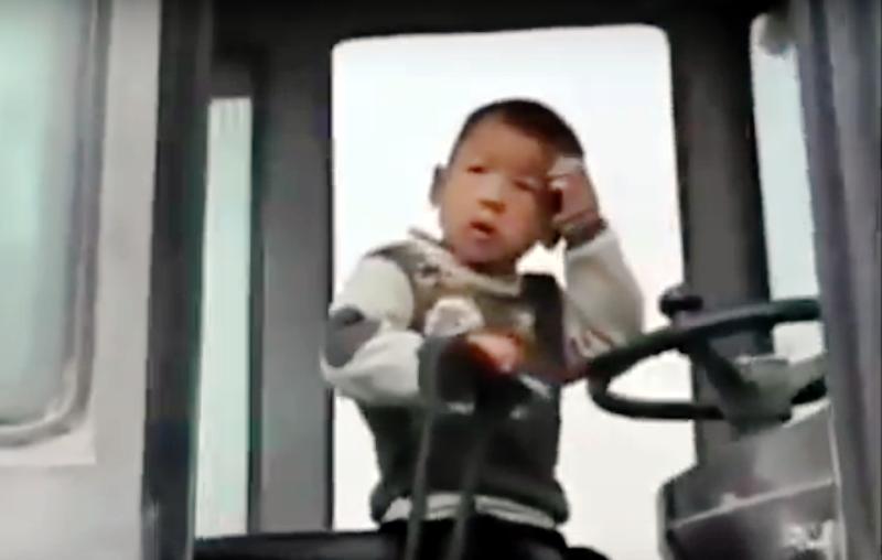 """Tin nổi không? Cậu bé 4  tuổi, đầu để chỏm  vận hành """"xe xúc"""" siêu đẳng"""