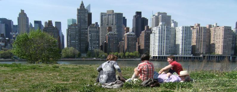 Andrea, Gundula, Ulrich und Miri auf Roosevelt Island vor Manhattan-Skyline