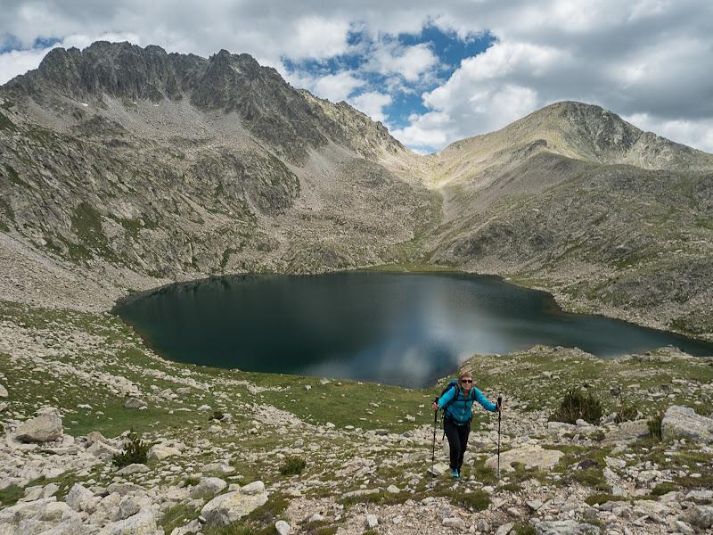 Pujant cap a la collada del Montanyó amb l'estany i el pic del Pessó al darrere