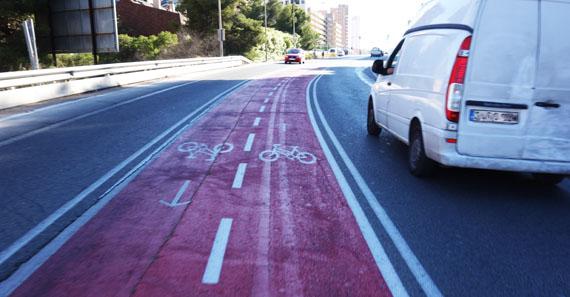 adelantamiento en carril bici central con limitacion de velocidad