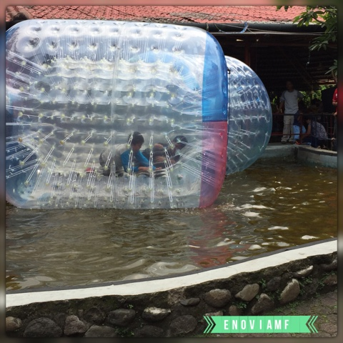Balon Air di Taman Topi
