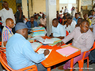 Enregistrement des candidats aux élections provinciales 2015 par la Ceni au bureau de réception et traitement de candidatures à Kinshasa-Kalamu le 26/05/2015.Radio Okapi/Ph. John Bompengo
