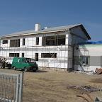 Młodsza część budynku klubowego w trakcie prac wykończeniowych.