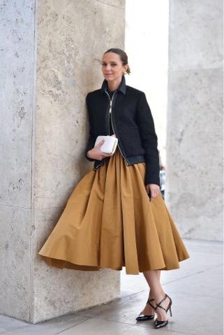 Kışın pilili midi etek giymek ne ile: fotoğraf