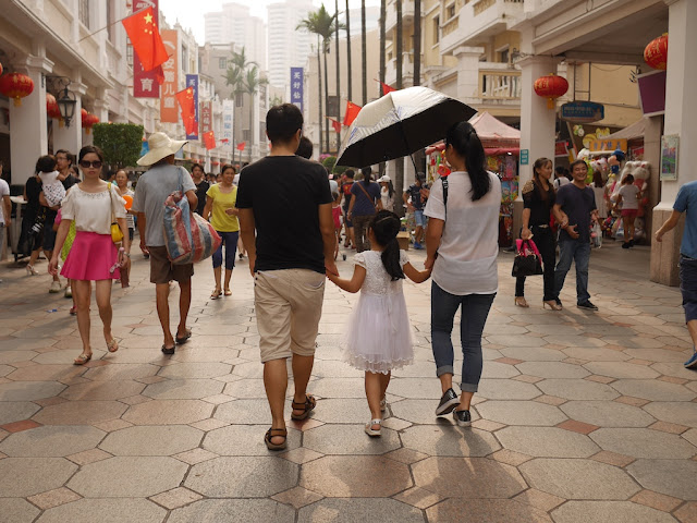 girl walking with parents in Zhongshan, Guangdong