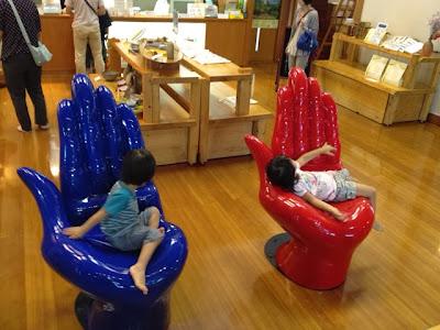 川崎の岡本太郎美術館、青山の岡本太郎記念館でもおなじみ「手の椅子」がお出迎え