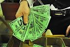 Tvrdá skautská měna v rukou předsedy revizní komise.