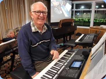 Peter Jackson entertained us with his keyboard, vocals and jokes using his Yamaha PSR-S950. Photo courtesy of Dennis Lyons.