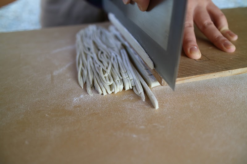 板をおさえ、包丁の加減で細麺を切り出していく