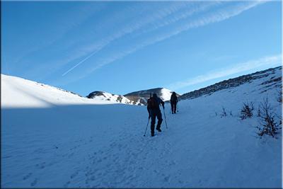 Atrás dejamos el hayedo y alcanzamos un pequeño collado cerca del Paso de Oso