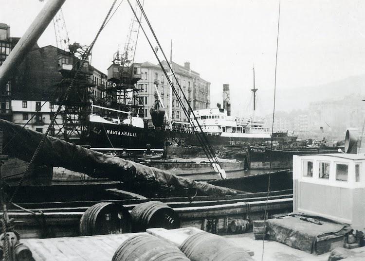 Ambiente marinero, del que ya no queda, en el puerto de Bilbao. Vapor MARIA AMALIA. Foto del libro PUERTO DE BILBAO UNA MEMORIA VISUAL.jpg