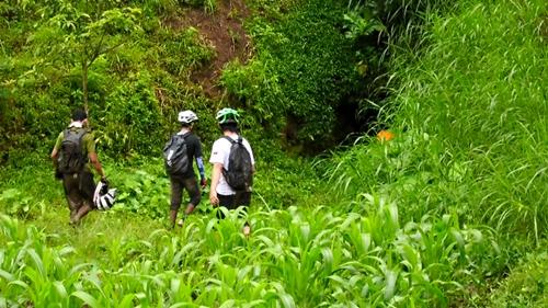 Perjalanan kami akhiri di Gua Jepang yang terletak di daerah Junrejo, Kota Batu. Ada beberapa orang yang mencoba untuk masuk ke Gua nan gelap gulita tersebut.