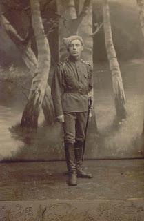 Краса и гордость семьи Грибовых - Петр в Петрограде. 1915 г.(из личного архива Арно Пяристе)