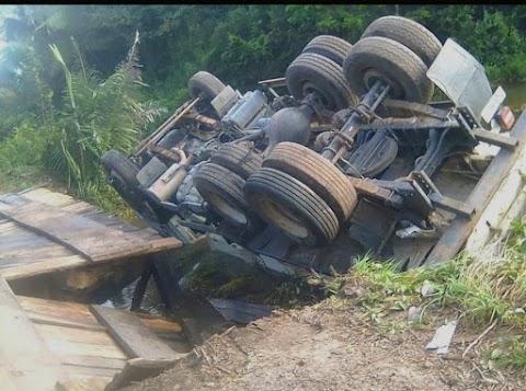 Caminhão de carga tomba em ponte da zona rural que faz limites com Mata Roma e Chapadinha