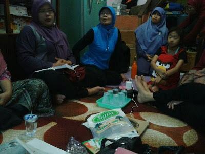 Tampak Ibu Runungsih hadir di acara rencana pembukaan Bank Sampah RT 04 RW 06 Sekeloa Coblong