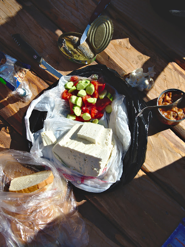 Branza proaspata, rosii, castraveti, paine buna, usturoi, sare si doua conserve mai putin fericite.