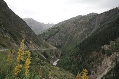 Graue Wolken über der Eki Naryn Schlucht