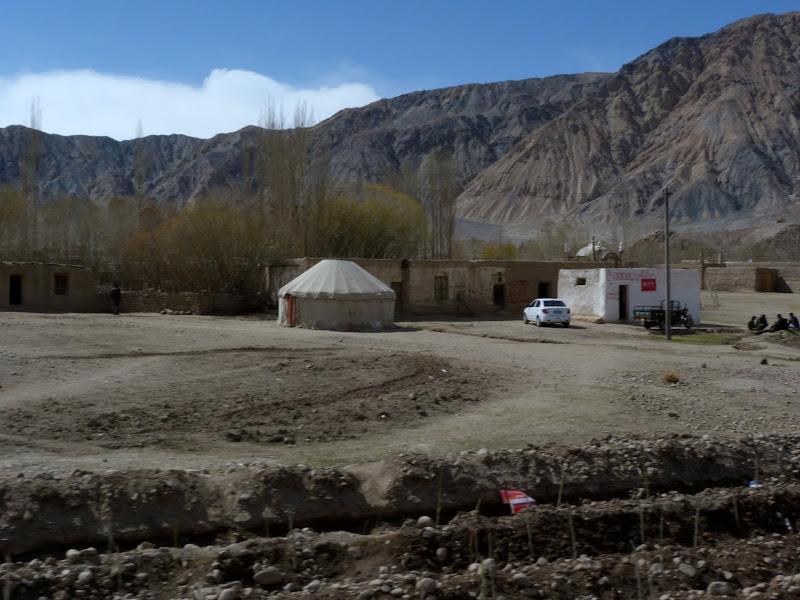 XINJIANG. Karakoram Highway, lune des plus haute route au monde, en passant a 4400 m - P1280563.JPG