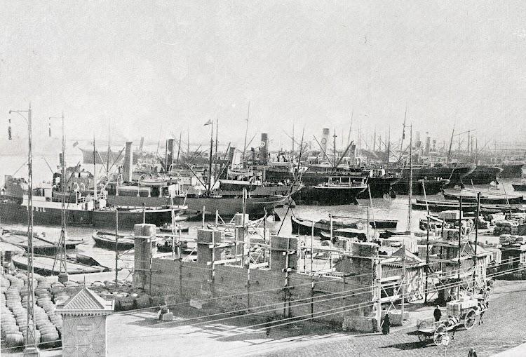 Deposito cubierto de mercancías nº 3 en construcción. Del libro Puerto de Valencia. Memoria Sobre el Progreso y Estado de las Obras durante el Año 1913.JPG