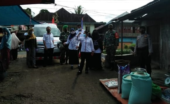Sertu Fahrul Efendi Melaksanakan Prokes Covid-19 di Pasar Kota Besi, Batu Brak