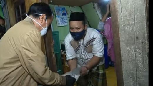 Blusukan Malam-malam Bagikan Obat, Jokowi Dipuji Mirip Umar bin Khattab